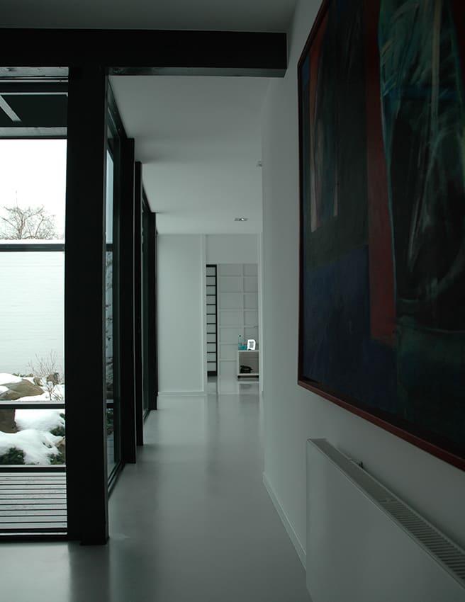 beschichtung eines spachtelbodens in modernem wohnraum