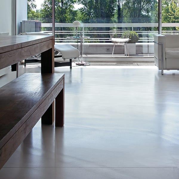 hellgrauer beton spachtelboden in modernem privathaus