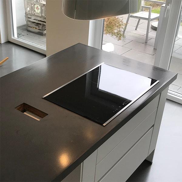 moderne kuecheninsel mit zementplatte