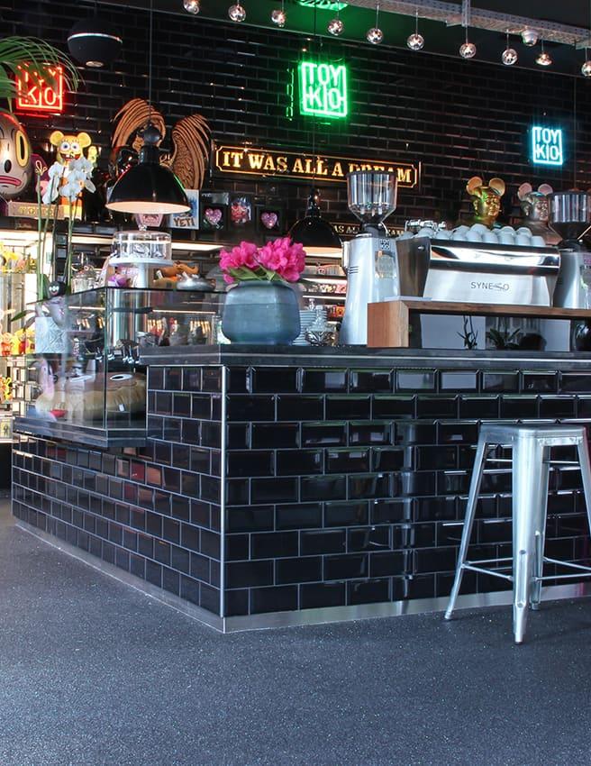 schwarzer quarzboden in einer bar